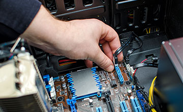 hand plugging in sata cable